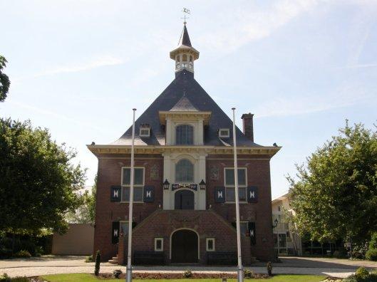 Het gemeentehuis te Halfweg, gemeente Haarlemmerliede en Spaarnwoude, dateert uit 1904-1906 en heeft enige gelijkelis met dat van Heemstede. Ontworpen door de Hilversumse architect Jacob London (1872-1953).