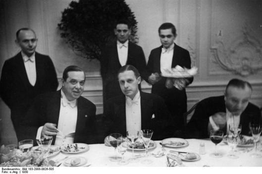Een zoon van Eugen Gutmann en broer van Fritz Gutmann was Herbert (Maximilian) Gutmann (1879-1942). Bankier en ook verzamelaar van (Islamitische) kunst. Hij week uit naar Engeland waar hij op 22 december 1942 na een ongeneeslijke ziekte overleed in Paignton. Op deze foto zit hij in het midden naast links de Italiaanse ambassadeur Orsini-Baroni in hotel 'Esplanade' in Berlijn (1930).