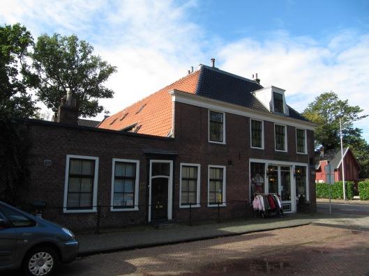 Kennemeroord, hoek Herenweg en noordzijde Koediefslaan waar omstreeks 1980 een antiekzaak, later dameskledingwinkel 'Mystique' gevestigd.