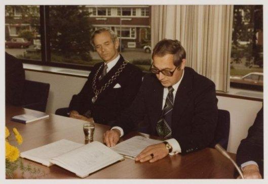 Gemeentesecretaris drs. W.H.van den Hoek, rechts, als rechterhand van burgemeester W.H.D.Quarles van Ufford in de raadzaal, 9-11-1978 (NHA)