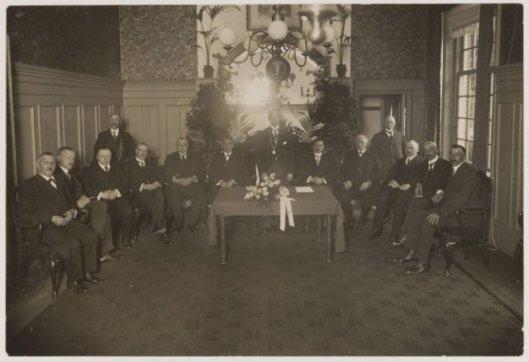 Installatie van burgemeester jhr. J.P.W.van Doorn, 16-8-1916. V.l.n.r.: J.v.d.Plas, mr.G.P.van Tienhoven, J.Preyde Gzn., W.C.van Meeuwen, H.J.M.Peeperkorn, J.H.M.van Houten, burgemeester Van Doorn, gemeentesecretaris A.A.Swolfs, A.A.Höcker, J.Tates, dr.E.A.M.Droog, L.de Wilde, C.Tromp. Linksachter bode W.Schotvanger.