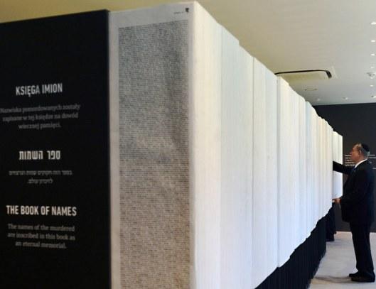 Namen van Holocaust-slachtoffers in boekvorm vermeld in het Yad Vashem Holocaust Museum te Jeruzalem