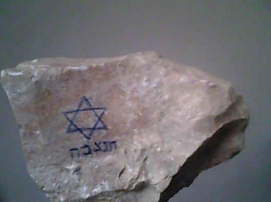 Voor het storten van beton is een speciaal uit Jeruzalem meegebrachte steen met davidster neergelegd