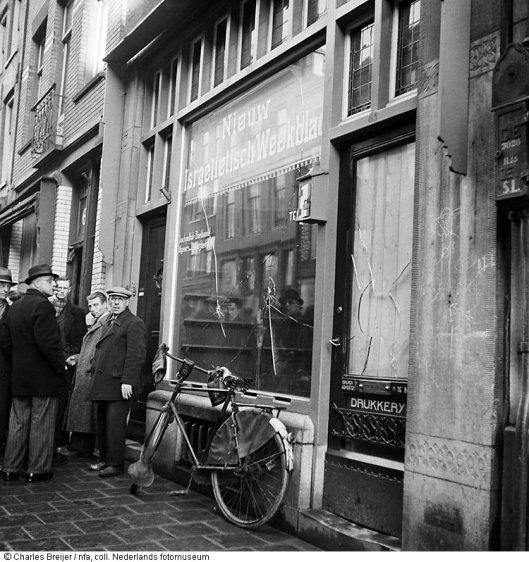 In februari 1941 aangebrachte vernielingen bij drukkerij Joachimsthal in de Jodenbreestraat (foto Charles Breijer)