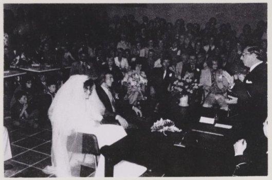 Gemeentesecretaris mr.J.N.Kruitwagen in zijn fuctie als ambtenaar van de burgerlijke stand bij het huwelijk van de in Heemsterde geboren Johan Neeskens en diens bruid in 1960
