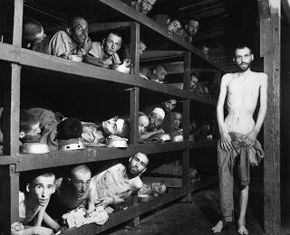 Buchenwald was het laatste kamp waar Herman Leefsma gevangen zat en in april 1945 werd bevrijd.Op deze foto ligt op de onderste laag van de britsen. De eerste van de vier personen (helemaal links, vooraan dus) is Herman Leefsma. Hij emigreerde naar de V.S. en is in 2002 overleden.