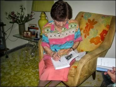 Leesha Rose tekent haar boek 'The tulips are red' (foto Albert Pappenheim)