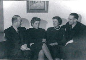 V.l.n.r.: Salomon Israël Mogendorff, echtgenote Grietje Mogendorff-Meijer, zijn zuster Suzanne Mogendorff-de Leeuw en haar echtgenoot Michael Mogendorff. Hier gefotografeerd in het huis aan het Sweelinckplein Heemstede. Alle vier zijn omgebracht in Auschwitz.