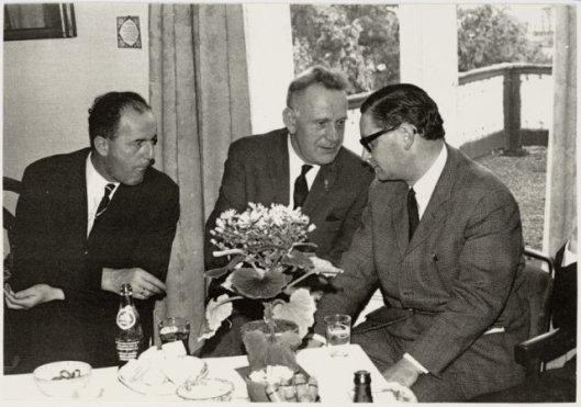 De uit Oudenbosch afkomstige J.Mol was de laatste ontvanger van de gemente Heemstede. Op bivenstaande foto uit 1964 zien we hem rechts in gesprek met de heren G.J.Kruiderink en H.Slagveld (beiden werkzaam op de afdeling Bevolking). (NHA).