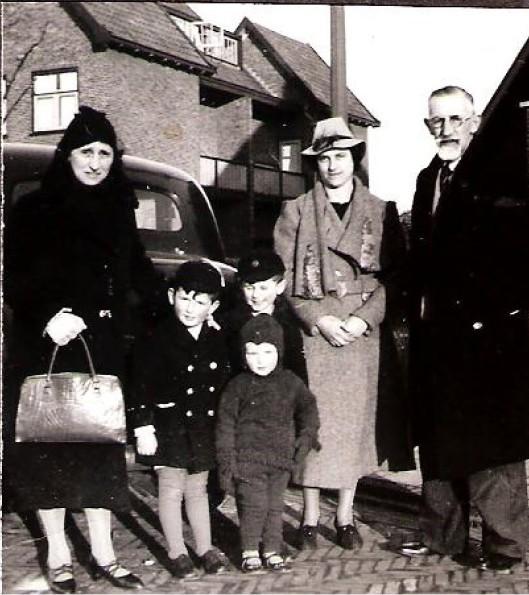 Het echtpaar Daniëls-van West met hun schoondochter en 3 kleinkinderen voor het huis aan de Narcissenlaan 26 in Heemstede