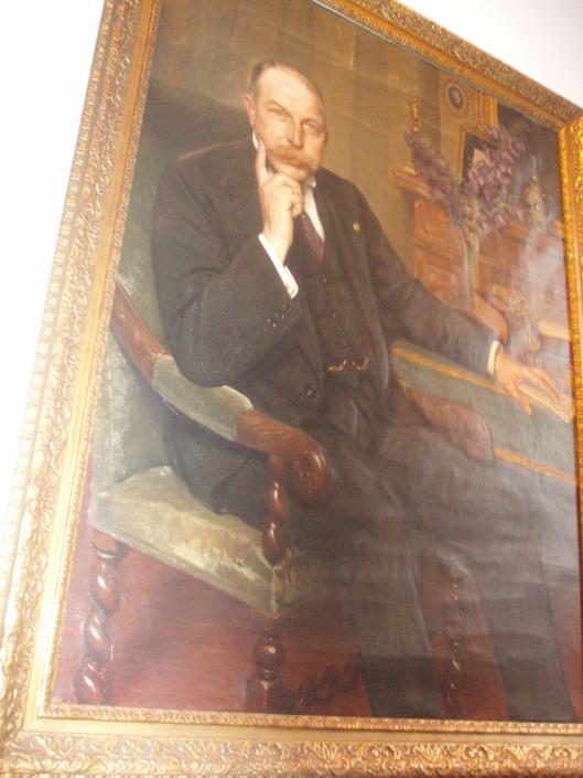 Burgemeester van Lennep, geschilderd doorWilly Sluiter (1873-1949), in 1916 vervaardigd in de werkkamer van 'Kennemerduin', waarbij de burgemeester bewust zijn hand op de Gemeentewet houdt - aldus zoon Hugo van Lennep