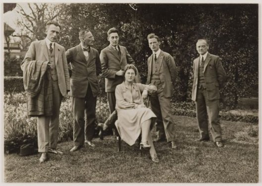 Personeel raadhuis in 1925. V.l.n.r. de heer Westra (controleur gemeentefinanciën), J.van Groningen (deurwaarder), Snel (Sociale Zaken), A.Klaver (Burgerzaken), A.Vester (Gemeenteontvanger en mej. Perquin (die later met dhr. Westra trouwde)