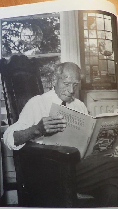 Anton Pieck met het boek 'Sprookjeswereld' in zijn huis te Overveen