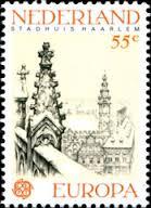 Op 2 mei 1978 uitgegeven Europa-zegel met afbeelding van het stadhuis Haarlem vanaf de Bavokerk ontleend aan een tekening van Anton Pieck