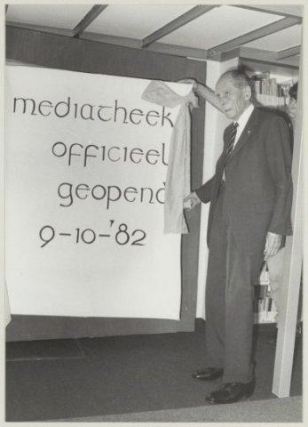 Opening door Anton Pieck van de mediatheek in het Kennemer Lyceum, 9-10-1982 (C de Boer, NHA)