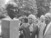 Beeldhouwer Kees Verkade (links) en Anton Pieck met zijn bronzen evenbeeld na de onthulling, 16 juni 1983.