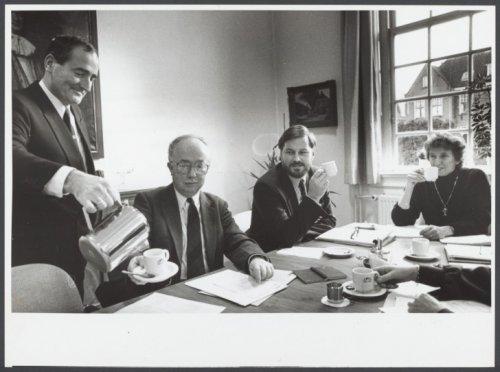 De heer F.Burgers schenkt koffie in. Hij was de eerste hoofdbode na J.Heijink die geen uniform meer droeg. Naast burgemeester Van den Bosch zien we gemeentesecretaris Van den Berg.