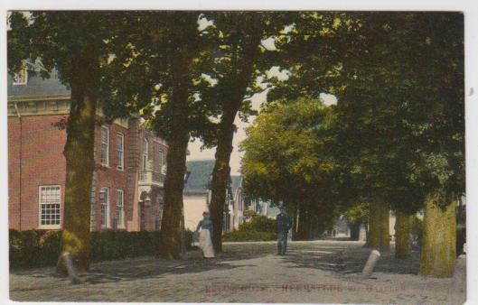 Wandelend langs het raadhuis op een prentbriefkaart uit circa 1910