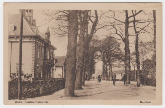 De Raadhuisstraat en links het raadhuis, circa 1925
