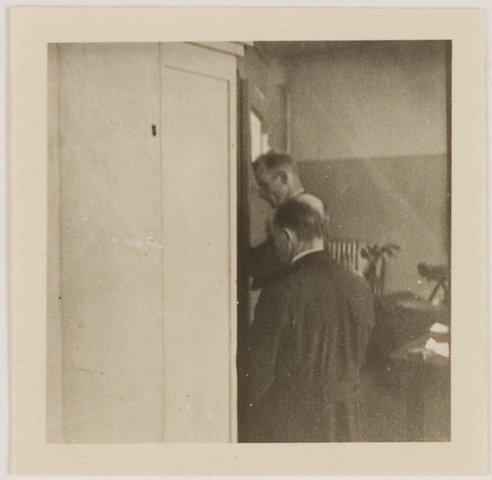 N.S.B.burgemeester J.H.van Riesen (links) is 11 mei 1945 in Bloemendaal aangehouden en gevangen gezet in de garage van Van Lent in de Raadhuisstraat. te Heemstede. Op 4 juni is hij overgebracht naar interneringskamp Duinrust te Overveen.