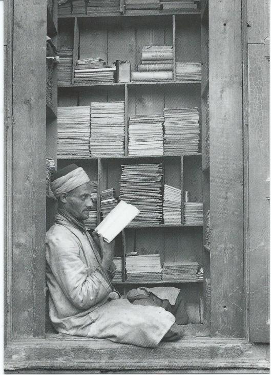 Boekverkoper in een soek bij Cairo, Egypte