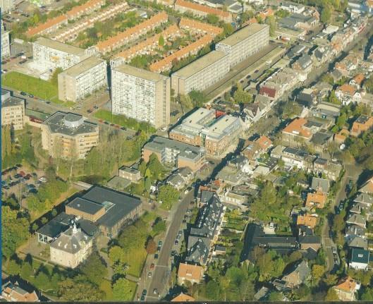 Het raadhuis vanuit de lucht met daarboven noordelijk de Burghave en Provinciënwijk met hoogbouw