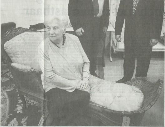 De 84-jarige mevrouw Lile Gutmann bij de teruggave van de Gutmann-collectie in de chaise longue die vroeger in de kamer van haar ouders op Bosbeek stond (foto Harmen de Jong, Haarlems Dagblad 19 september 2002)