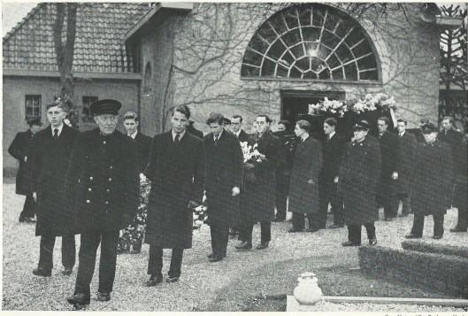De druk bezochte begrafenis van dr. Johannes van der Elst 17 december 1948 op de Algemene Begraafplaats in Heemstede. In 1949 verscheen een boek: In Memoriam dr.J.van der Elst 16 maart 1888 / 13 december 1948, waarin naast herinneringen ook de lijkrede van dominee G.A.Barger is opgenomen.