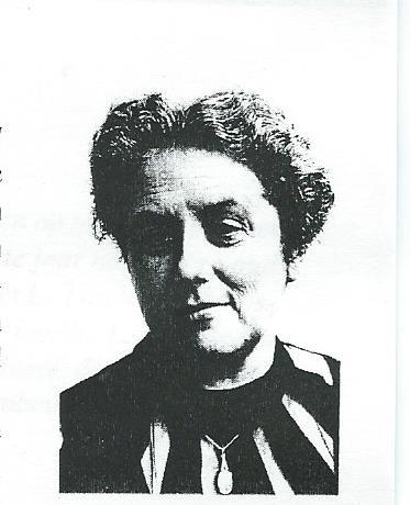 Mw. Johanna Hedwig van Straaten. Woonde winds 1937 achtereenvolgens in de Ant.Duyckstraat 128, M.Hobbemastraat 25 en Binnenweg 91 (boven) in Heemstede
