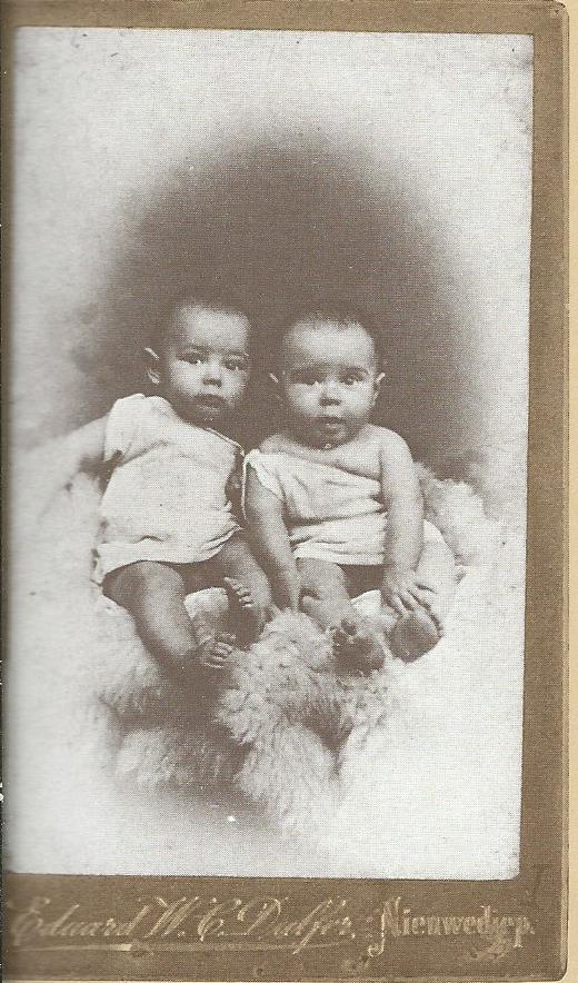 Anton Pieck (1 jaar), links, naast zijn tweelingbroer Henri Pieck