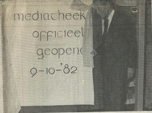 In 1982 is het oude tekenlokaal van Anton Pieck in het Kennemer Lyceum omgebouwd tot mediatheek. Anton Pieck bij de zojuist door hem geopende bladzijde van 'het boek' in het Kennemer Lyceum. Uit: Haarlems Dagblad van 11 oktober 1982.
