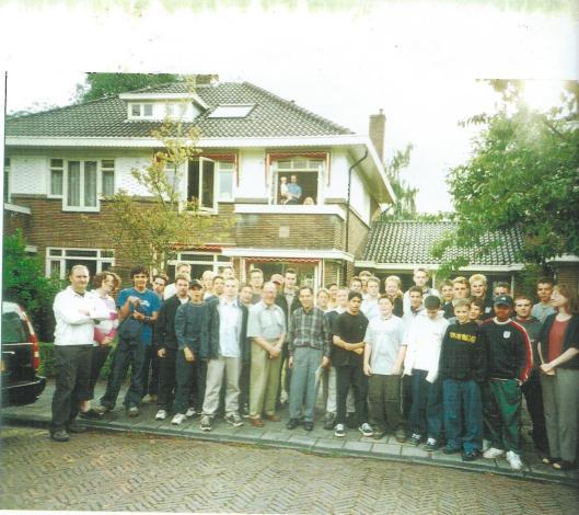 Paul Oppenheimer (met bril) en Rudi Oppenheimer, beiden vooraan in het midden met studenten uit Warwick nabij Royal Leamington Spa op Holocaust-reis in 2001 bij hun bezoek aan de bewoners van Johannes Vermeerstraat 11 in Heemstede.