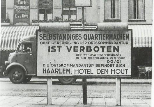 DE Duitsers vestigden in 1940 hun garnizoemscommando anvakelijk in de zalen van Restaurant Brinkman aan de Grote Markt. In 1941 bracht de Ortskommandant zijn gehele dienst over naar het Hotel den HoutOp het stationsplein van Haarlem was dit Duitse militaire bord geplaatst.