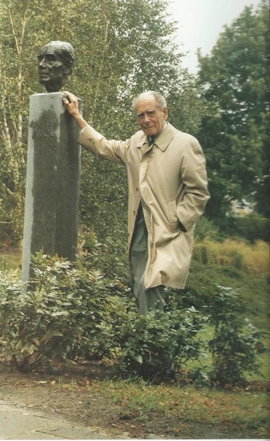 Anton Pieck bij zijn bronzen kop in Overeen vervaardigd door Kees Verkade (uit boek Frans Keijsper)