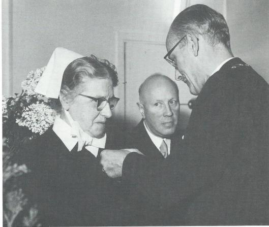 Een burgemeester van bijzondere allure, ofschoon minder geprofileerd als zijn broer, burgemeester van Gorinchem, was mr.A.G.A.ridder van Rappard, die zijn geliefde hond meenam naar kantoor en zoals dat heet stierf in het harnas op 11 augustus 1970. Een conservatief en toegewijd magistraat, bovendien sportief die viermaal de Elfstedentocht uitreed en in de duivensport verscheidene prijzen won. Op bovenstaande foto reikt hij een koninklijke onderscheiding uit aan zuster J.J.Krommenhoek van het instituut voor epilepsiebestrijding Meer en Bosch. In het midden kijkt besturend broeder De Vries toe.