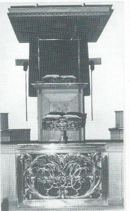 Koperen lezenaar (1682) met het wapen van Adriaan Pauw Jr. en de keten van zijn ridderorde van Sint Michaël, Kerk Bennebroek (foto. M.Verkaik)