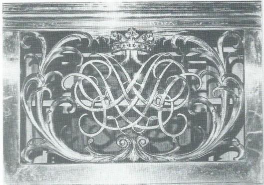 Spiegelmonogram A P en C (Adriaan en Cornelia Pauw) in het doophek boven de grafkelder in de Hervormde Kerk te Bennebroek (foto M.Verkaik)