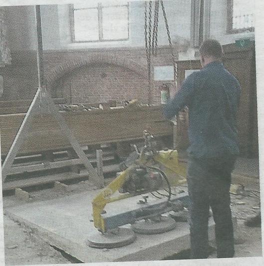 De sluitsteen nar de Pauwe-grafkelder is in de 17e en 18e eeuw enige tienallen keer opgetild, daarna in 1938 en ten slotte in 2015 (foto Frans van Lavieren)