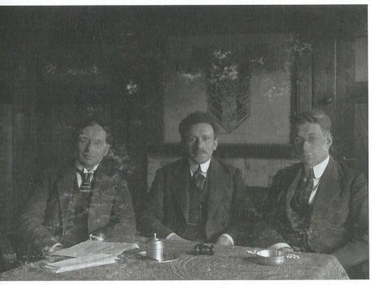Het dagelijks bestuur van woningbouwvereniging Tuinwijk-Zuid. In het midden Barend Chapon, links secretaris Jac.C.Meyerink en rechts penningmeester Joh.J. Machielse