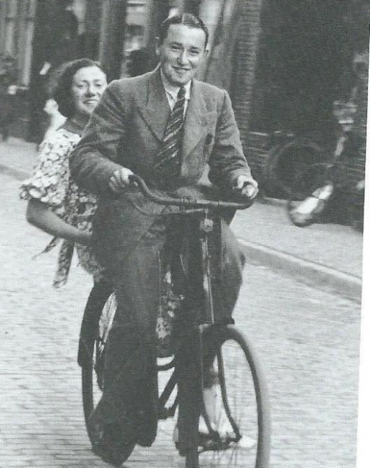 Hans Hartog Chapon op de fiets met achterop zijn zuster Bertha (iot boek van Wim de Wagt).