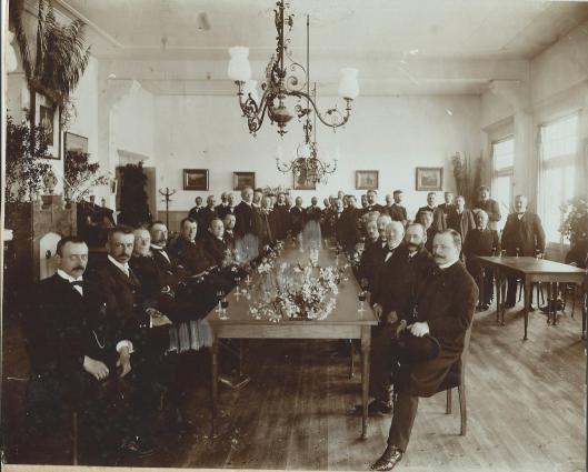 Onbekende 19e eeuwse foto van de raadzaal Heemstede in 'Overlaan'