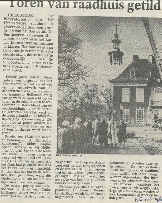 Het torentje van het Raadhuis Heemstede getild voor restauratie (Haarlems Dagblad, 11 maart 1980)