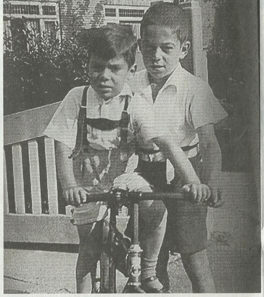 Rudi en Paul Oppenheimer met hun fietsje voor het huis in de Jacob Vermeerstraat in Heemstede