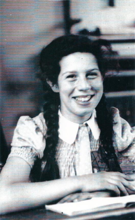 Sara Mogendorff met voor zich een leesboek, juni 1942