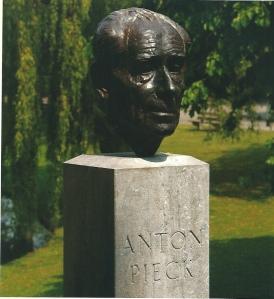 Bronzen kop van Anton Pieck door Kees Verkade in Bloemendaal (Overveen)