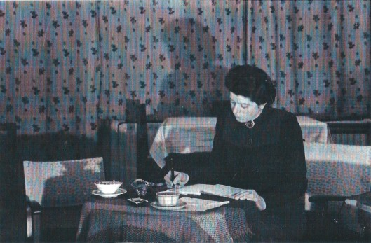 Mevrouw Mogendorff schrijvende, 1940