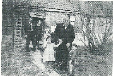 Opa Boggard met een aantal Joodse onderduikers. Helemaal links Louis Busnach (Karel) en zijn vrouw Dina Busnach-van Bienen. op de dag van het drama waren zij niet op de boerderij aanwezig en ontkwamen aan het drama. Zie: Joodse onderduikers, in het boek van Frans Out en Marca Bultink: Hillegom '40-'45 (1987). p.56vv.