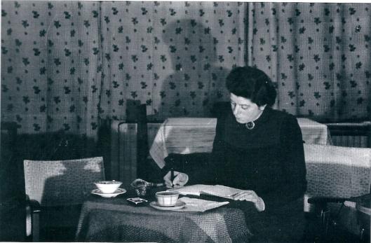 Mevrouw M. Mogendorff aan het werk op haar adres aan het Sweelinckplein in Heemstede