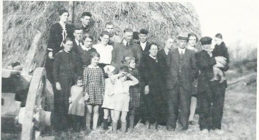 Een groep onderduikers op de boerderij van de familie Bogaard