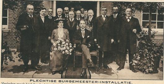 Op verzoek van het tijdschrift Amsterdam poseerde de vanuit Schagen nieuw benoemde burgemeester van Heemstede voor het raadhuis met zijn echtgenote en omring door de leden van de gemeenteraad. (23-8-1916)